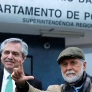 Il presidente argentino Alberto Fernandez omaggia Lula con l'ex ministro degli Esteri brasiliano Celso Amorin / Ansa