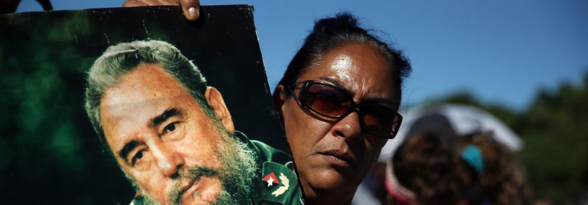 In una manifestazione a Cuba una donna tiene in mano la foto di Fidel Castro