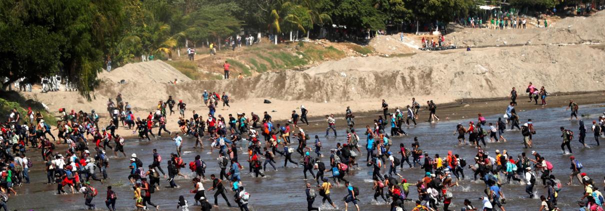 Carovana di migranti al confine tra Guatemala e Messico
