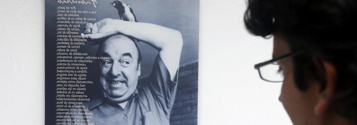 Una foto di Pablo Neruda esposta a La Chascona, la casa museo del poeta cileno