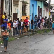 Migranti in fila per il permesso a Tapachula, in Messico