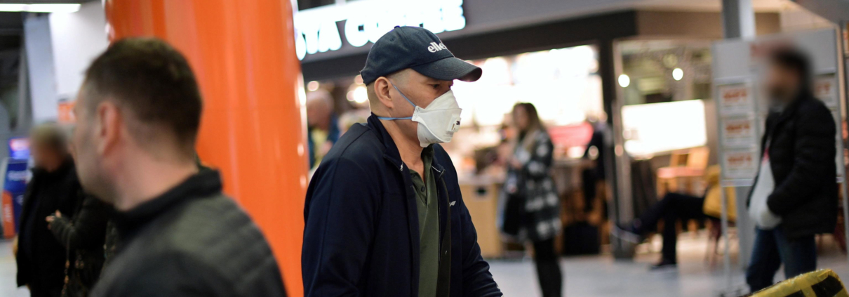 Un uomo con la mascherina per proteggersi da un eventuale esposizione al Coronavirus