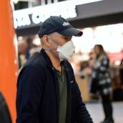 Un uomo con la mascherina per proteggersi da un'eventuale esposizione al Coronavirus