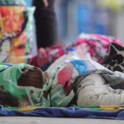Bambini rifugiati venezuelani dormono al confine con il Perù